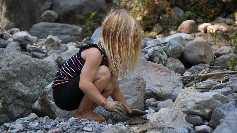 enfant-jouant-boue